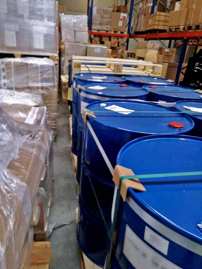 Fässer für die Frachtkontrolle im Frachtlager