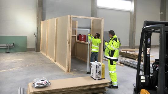 Arbeiter bei der Montage im neuen Lager