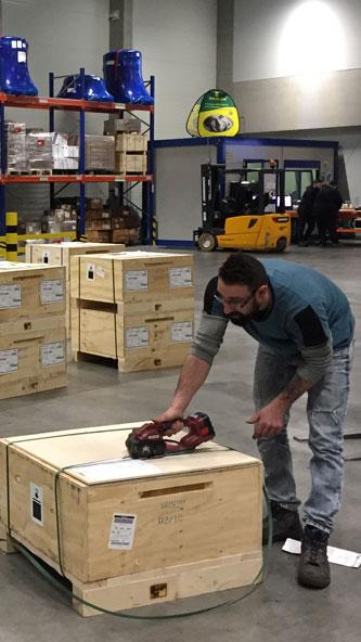 Mitarbeiter im Frachtlager beim Verpacken von Waren