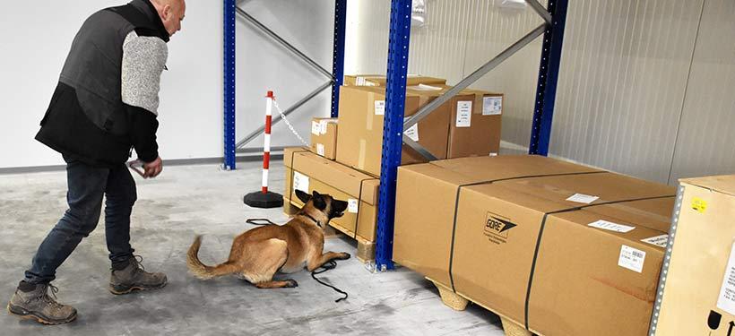 Der Hundeführer und unser Sprengstoffspürhund im Frachtlager