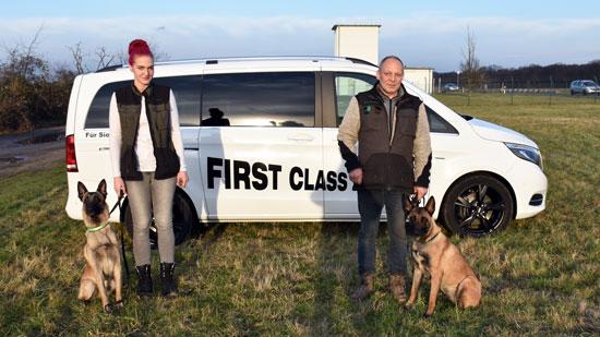 2 Mitarbeiter von FCZ und 2 Sprengstoffspürhunde